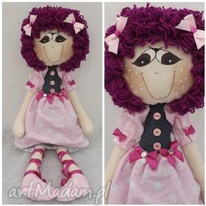 agatka różowej sukience w grochy, lalka, maskotka, przytulanka, dziecko lalki