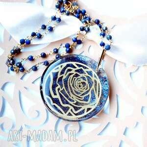 efektowny, srebrny pozłacany naszyjnik z różą w żywicy, ekskluzywny, kamień