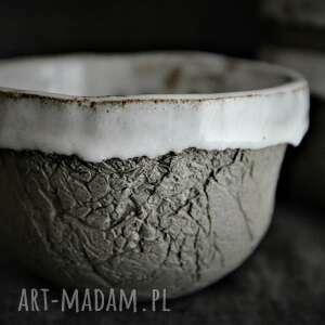 ceramika miseczki w białej czapeczce, musli, wabi sabi, organiczne, oryginalne