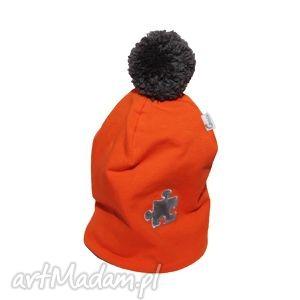 Pomarańczowa czapka z pomponem i puzzlem, czapka, pompon, puzzel