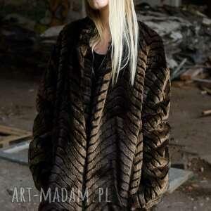 płaszcze ciepłe brązowe futerko w prążki, futro, zwierzęcy, wzór, futrzana