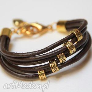 bransoletka z brązowego rzemienia skórzanego elementami metalowymi w kolorze