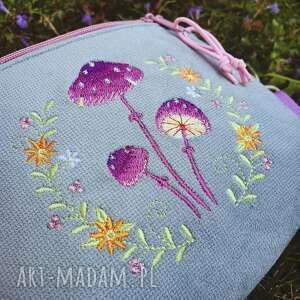 nerka mini magiczne grzybki, nerka, las, haft, pastelowa torebka, z haftem