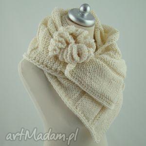 szal kremowy z broszką - szal, szalik, broszka, komplet, prezent, zima