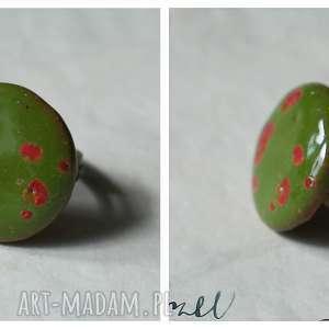 pierścionek zielony nakrapiany