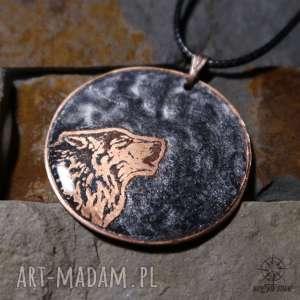 Czarny Księżyc i Wilk - wisior z malowanej miedzi żywicy, wilk, wyjący, wilki