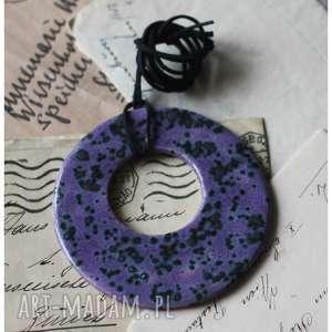 handmade wisiorki wisior kółko w czarno-fioletowe ciapki