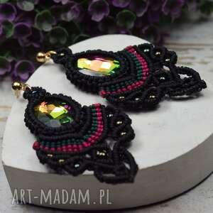 długie, eleganckie kolczyki z pięknie mieniącymi się kryształami, kolorowe