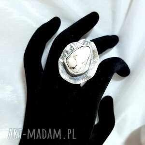 matowiony srebrny pierścionek z howlitem, howlit, srebro925, rękodzieło