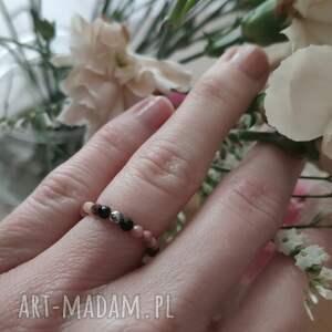 pierścionek z onyksem i rodonitem - cherry blossom, elastyczny