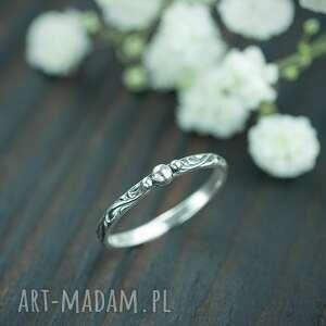 srebrny pierścionek z kuleczkami i zdobioną obrączką, srebrna obrączka