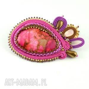 Broszka w kolorze soczystej fuksji w deliktanym oplocie koralików - Handmade