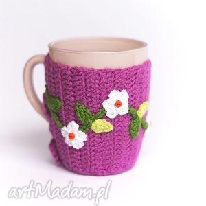 Kubek w ocieplaczu, kubek, kubeczek, ocieplacz, sweterek, kwiaty, kwiatki