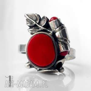 o biedronce na łące srebrny pierścionek z koralem, koral, koralowiec, metaloplastyka