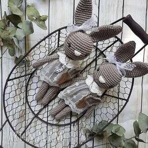 Królisia monika - brązowy króiczek w koronkowej sukience