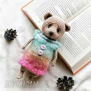 miś maskotka w kolorowym sweterku, dzień dziecka prezent, mala