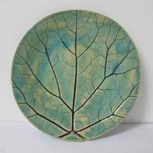 mały talerzyk odbiciem liścia, roślinna ceramika, ceramiczny, podstawka