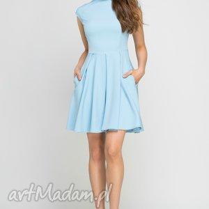 Sukienka ze stójką, SUK143 błękit, midi, błękitna, kieszenie, stójka, rozkloszowana