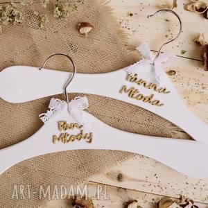 BIAŁE WIESZAKI, białe-wieszaki, ślub, suknia, garnitur,