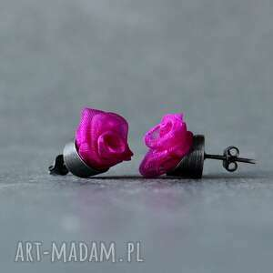 srebrne kolczyki wkrętki różyczki w kolorze fuksji, amarantowe róże
