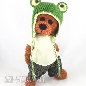 żabuś - szydełkowy miś, personalizacja, miś w czapce, ubrany