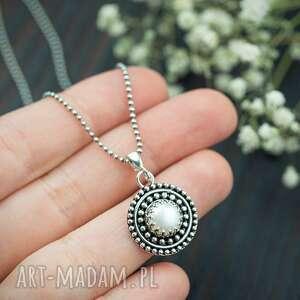 Srebrny okrągły wisiorek z perłą i kuleczkami wisiorki pracownia