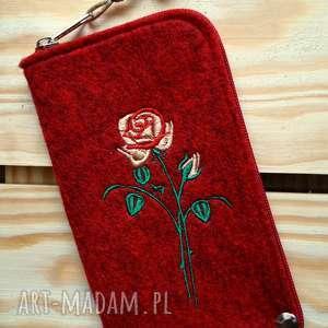 Prezent Filcowe etui na telefon - róża, smartfon, pokrowiec, różyczka, koraliki