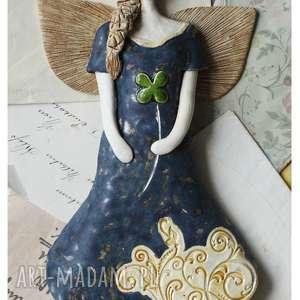 anioł z koniczyną granatowy, ceramika, anioł, koniczyma, szczęście