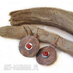 kolczyki - kuta, oksydowana miedz i surowy koral /3/, kolczyki