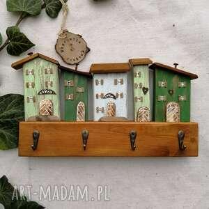 wieszak z domkami w odcieniach zieleni, dom domek, drewniany, ozdoba