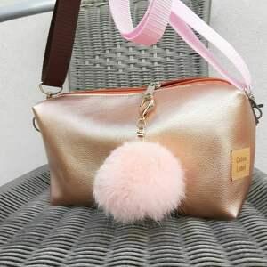 torebka w metalicznym kolorze różowego złota, prezent, błyszcząca torebka, mała
