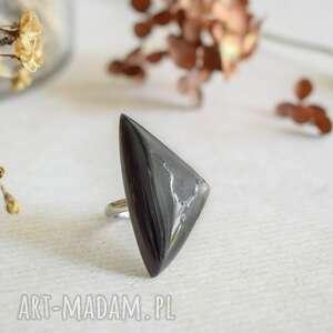 geometryczny pierścionek z drewna i czarnej żywicy, pierścionek
