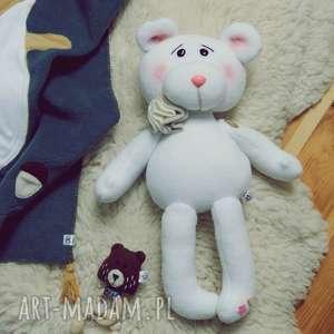 maskotki biały polarowy miś ręcznie szyty, miś, przytulanka, wyprawka