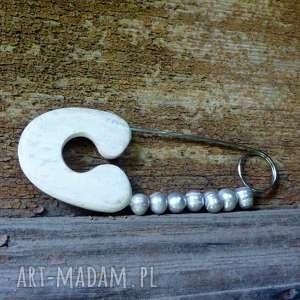 broszka agrafka z szarymi naturalnymi perłami, folk, perły, drewno, prezent
