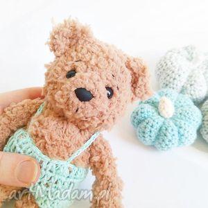 handmade dla dziecka kudłaty miś w miętowych spodenkach