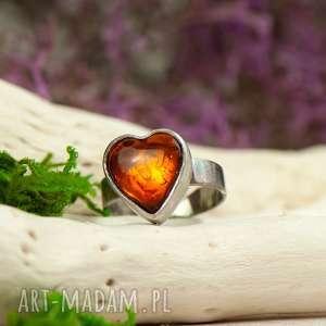 pierścionek z bursztynowym sercem a706, bursztyn