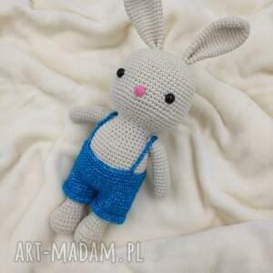 króliczek w spodenkach, króliczek, królik, maskotka, przytulanka, szydełkowa