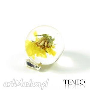 TENEO: Piękny wisiorek z kwiatem zatrwianu zatopionym