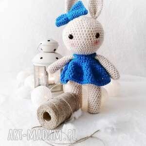 maskotki króliczek w niebieskiej sukience z kokardką, akrylowa maskotka