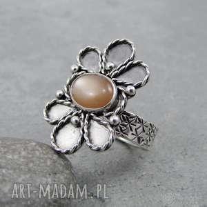 Koronkowy kwiat z błyskiem, okazały, orientalny, vintage, retro, filigran