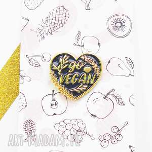 handmade broszki vegan przypinka w kształcie serca, weganizm wpinka