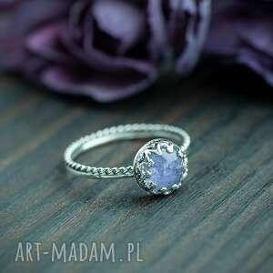 srebrny pierścionek z tanzanitem i ażurową oprawą