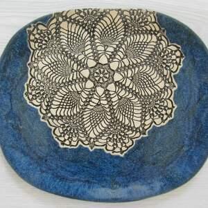 ceramika granatowy dekoracyjny talerz z koronką, koronkowa patera