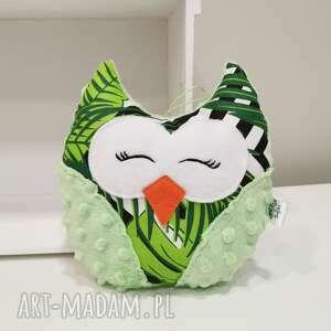 maskotki mała zielona sowa w liście monstery, przytulanka dla dziecka