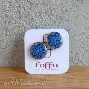 niebieskie kwiaty, kolczyki z polymer clay i żywicy, kolczyki, ogrągłe, wkrętki