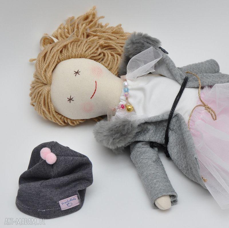 prezenty pod choinkę lisa w różanym płaszczyk czapeczka