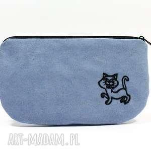 Kosmetyczka piórnik z niebieskiego eko zamszu wyszytym kotkiem, kosmetyczka