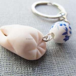 brelok ząbek z porcelanowym koralikiem, brelok, modelina, masa, fimo, ząb