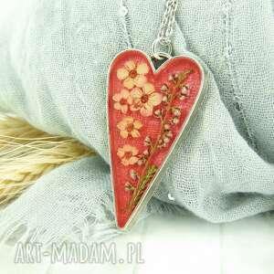 0934 mela wisiorek z żywicy serce, metalowa oprawa wisiorki art