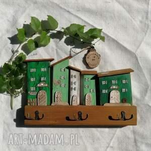 wieszak z domkami w odcieniach zieleni no 1, dom domek, drewniany